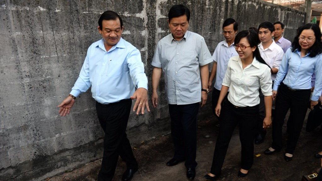 """Bí thư thành ủy Đinh La Thăng bất ngờ thị sát chung cư """"có thể sập bất cứ lúc nào"""""""